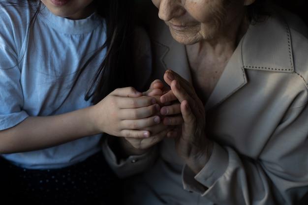Portret van een overgrootmoeder, achterkleindochter, close-up