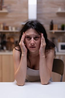 Portret van een overstuur vrouw met ernstige hoofdpijnpijn