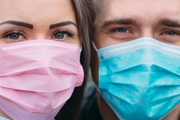 Portret van een paar europese verschijning met medische maskers.