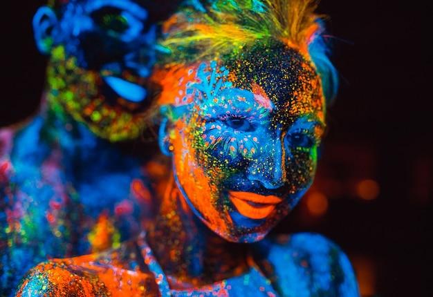 Portret van een paar geliefden geschilderd in fluorescerend poeder