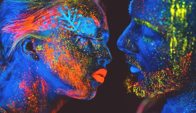 Portret van een paar geliefden geschilderd in fluorescerend poeder.