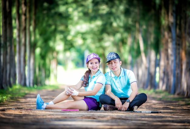 Portret van een paar in golfkleren