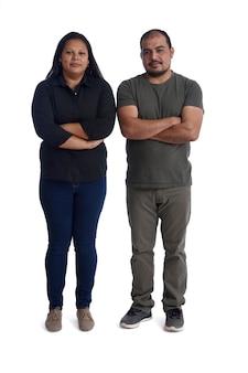 Portret van een paar latinamerica met de armen gekruist op wit