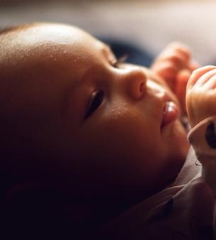 Portret van een pasgeboren baby close-up. op het eerste gezicht van de babyuitslag, acne neonatorum