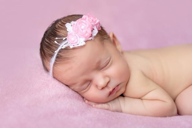 Portret van een pasgeboren babymeisje slapen