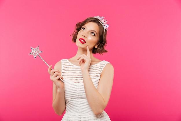 Portret van een peinzend meisje dat kroon draagt