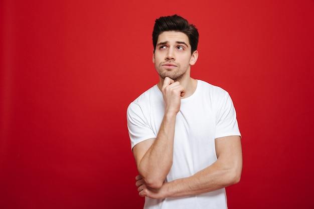 Portret van een peinzende jonge man