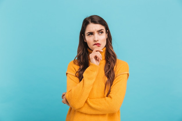 Portret van een peinzende jonge vrouw in trui
