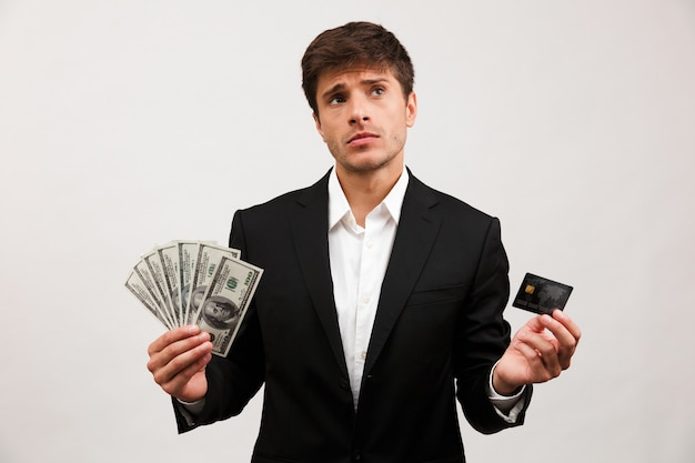 Portret van een peinzende jonge zakenman die staat