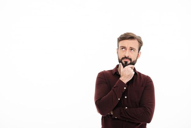 Portret van een peinzende knappe man die weg kijkt
