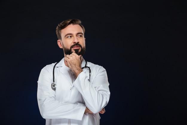 Portret van een peinzende mannelijke arts