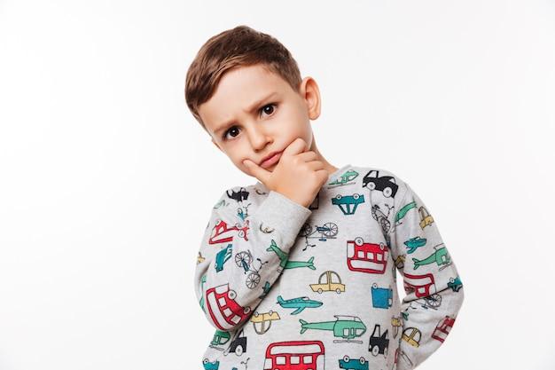 Portret van een peinzende schattige kleine jongen