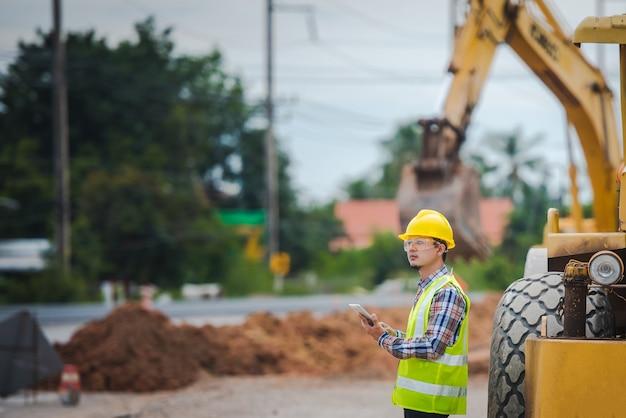 Portret van een positieve gelukkige wegenwerker van zwaar materieel