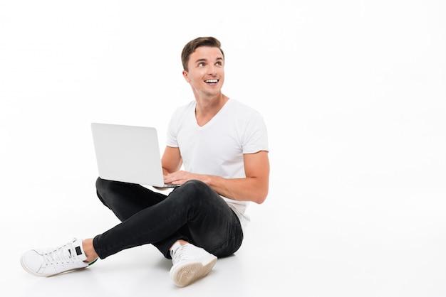 Portret van een positieve glimlachende man aan het werk