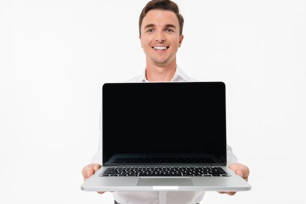 Portret van een positieve glimlachende man in wit overhemd