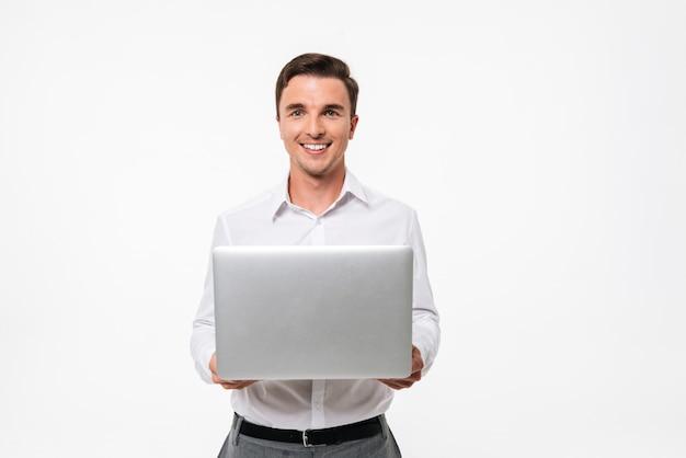 Portret van een positieve man in wit overhemd