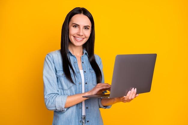 Portret van een positieve, vrolijke meisjeswerklaptop