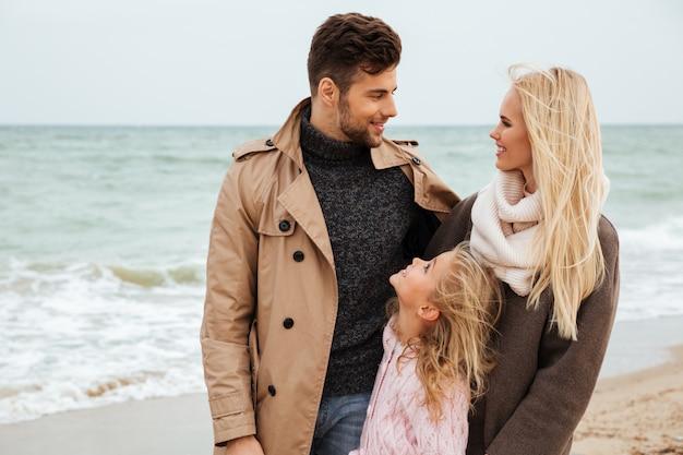 Portret van een prachtige familie met een dochtertje