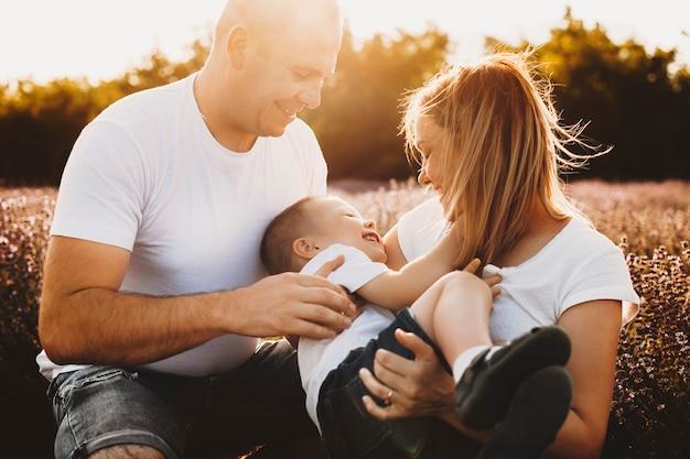 Portret van een prachtige familie omarmen tijdens het buiten spelen