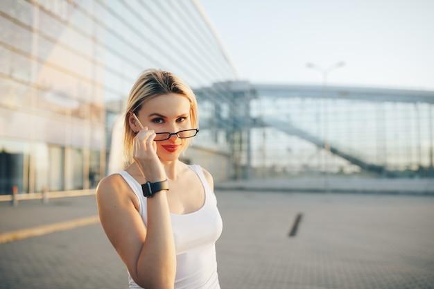 Portret van een professionele bedrijfsvrouw in glazen openlucht
