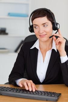 Portret van een professionele secretaresse die met een hoofdtelefoon roept