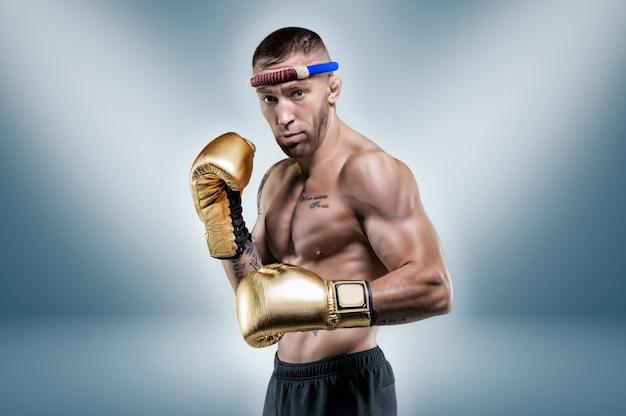 Portret van een professionele thaise bokser. muay thai, kickboksen, vechtsportenconcept. gemengde media Premium Foto