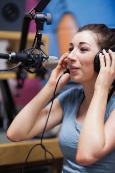 Portret van een radiopresentator die spreekt