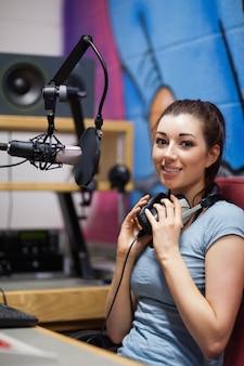 Portret van een radiopresentator poseren