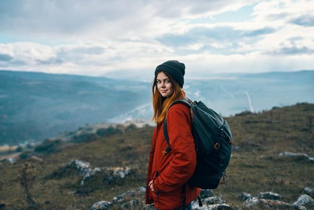 Portret van een reiziger in de bergen in het model van de de wolkenhemel van het aardrotslandschap