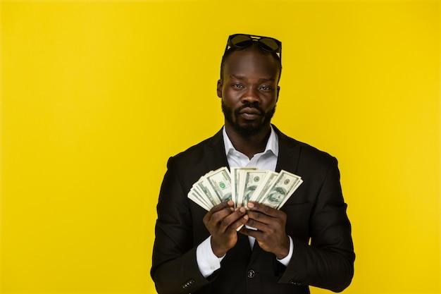 Portret van een rijke man die het geld vasthoudt