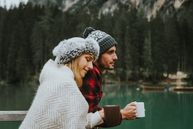 Portret van een romantisch paar volwassenen die een alpien meer bezoeken in braies, italië