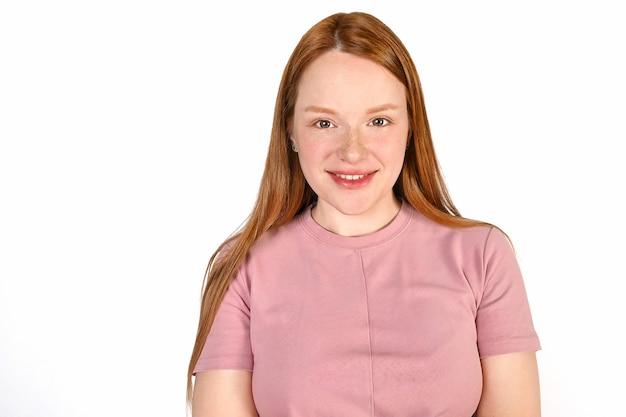 Portret van een roodharig meisje, een meisje dat lacht op een witte achtergrond