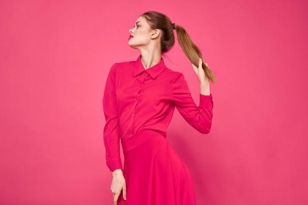 Portret van een roodharige vrouw in lichte geïsoleerde kleren
