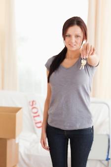 Portret van een roodharige vrouw met sleutels