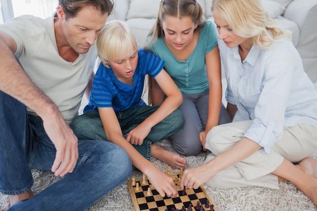Portret van een schattig familie schaak spelen