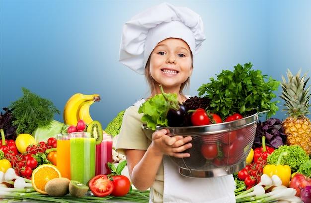 Portret van een schattig klein meisje dat gezond voedsel bereidt in de keuken