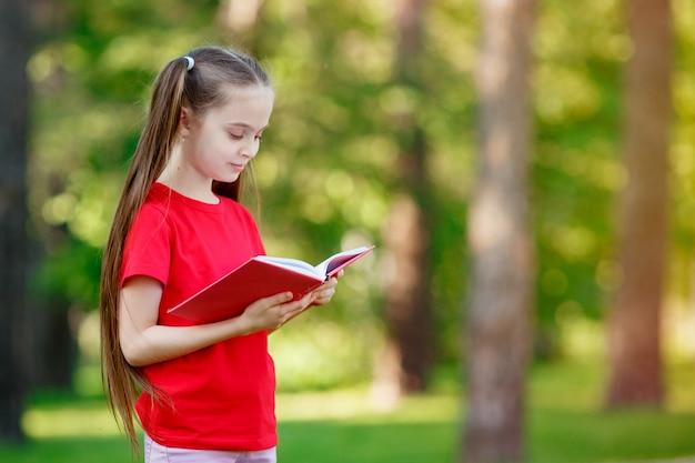 Portret van een schattig klein meisje het lezen van een boek