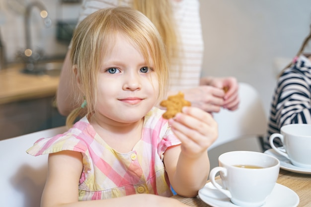 Portret van een schattig klein meisje in de keuken.