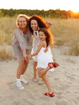 Portret van een schattig klein meisje met haar moeder en grootmoeder