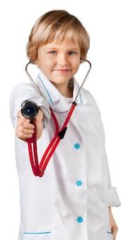 Portret van een schattig klein meisje met in haar hand een stethoscoop die dokter speelt