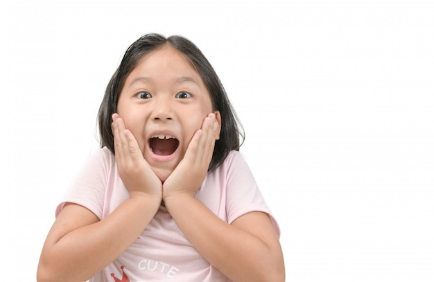 Portret van een schattig klein verrast kindmeisje.