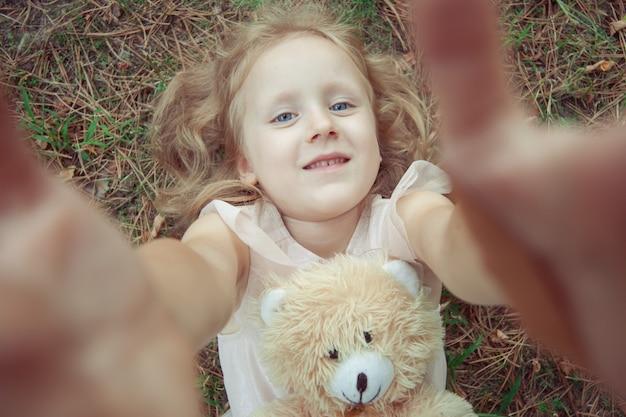Portret van een schattig meisje close-up.