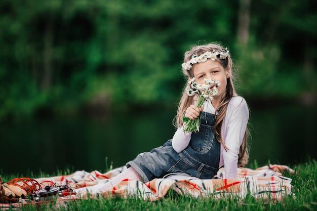 Portret van een schattig meisje met een boeket madeliefjes