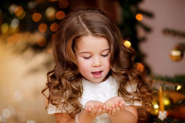 Portret van een schattig meisje met mooi haar in het nieuwe jaar