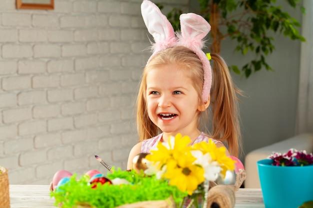Portret van een schattig meisje met penseel klaar om eieren te schilderen