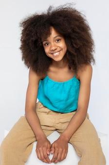 Portret van een schattig meisje poseren in een schattige top
