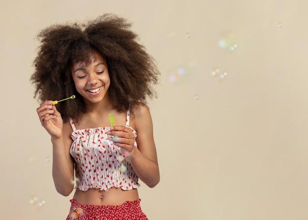 Portret van een schattig meisje poseren tijdens het spelen met zeepbellen