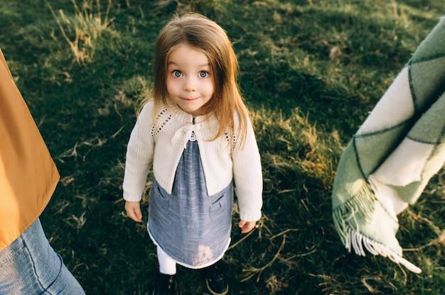 Portret van een schattig mooi en gelukkig meisje loopt door het zonnige veld
