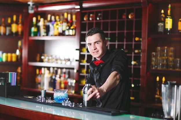Portret van een schattige barman.