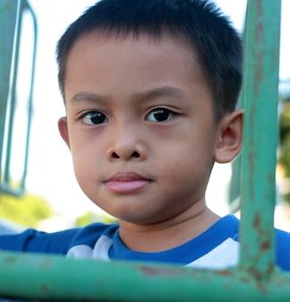Portret van een schattige jonge aziatische jongen in thailand